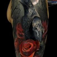 Erstaunliches Tattoo vom schwarzen Raben mit roten Rosen am Arm