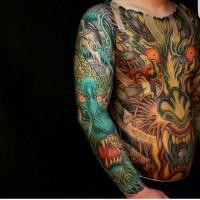 Erstaunliches mehrfarbiges asiatisches Tattoo am ganzen Körper mit verschiedenen Drachen und Dämonen
