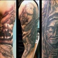 Erstaunliches schwarzes und weißes detailliertes amerikanisches westliches Tattoo am halben Ärmel mit Indianer und Traumfänger