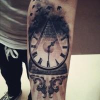 incredibile piramide e orologio avambraccio tatuaggio per uomo