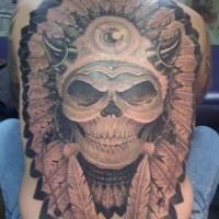 Crâne dans le tatouage de la couronne de plumes en style d'indiens américains