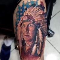 Amerikanisches großes farbiges altes indianisches Porträt Tattoo am Arm mit Nationalflagge