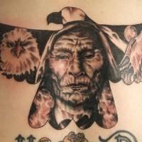 Amerikanisches farbiges und detailliertes Adler Tattoo am Rücken mit Indianerhäuptling und Wolf