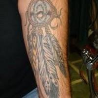 nativo americano colorato cacciatore di sogni con piume tatuaggio avambraccio
