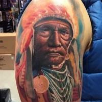 Amerikanisches buntes sehr detailliertes Schulter Tattoo mit  Porträt des alten Indianer