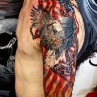 Tatuaje en el brazo, águila americana fascinante con cadenas y bandera americana grande