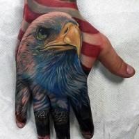 Tatuaje en la mano, cabeza de águila fascinante muy realista con bandera americana