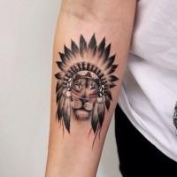 Amerikanischer einheimischer Stil gefärbtes kleines Unterarm Tattoo mit Löwen in  indianischem Helm