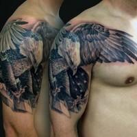 Tatuaje en el hombro, águila americana preciosa  con bandera nacional