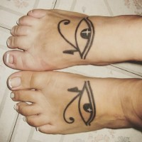 Tatuaje en el pie, ojo de Horus grande simple, tinta negra