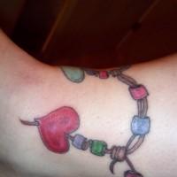 belissimo bracciale colorato con cuoricini tatuaggio su caviglia