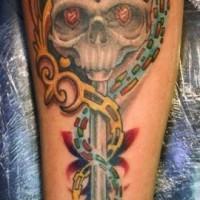 Tatuaje en el antebrazo, llave viejo con cráneo, diseño multicolor