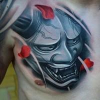 Tatuaje en el pecho,  máscara de samurái brillante