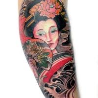 Asiatische farbige schöne Geisha Tattoo am Bein mit Fachel