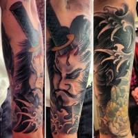 stile asiatico colorato samurai guerriero con coltello su testa tatuaggio avambraccio