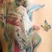 asiatico stile multicolore geisha seducente con fiori e farfalla tatuaggio su spalla