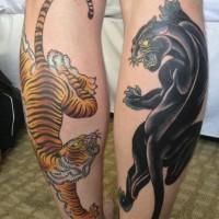 asiatico stile multicolore tigre cion pantera nera tatauaggio ambedue gambe