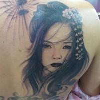 stile asiatico molto dettagliato geisha triste con fiore tatuaggio su spalla