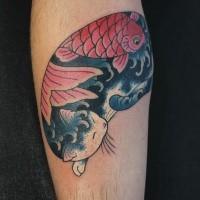Tatuaggio dell'avambraccio colorato in stile tradizionale asiatico del gatto Manmon stilizzato con pesci di horitomo