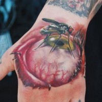 Tatuaggio carino sulla mano la zanzara sull'occhio