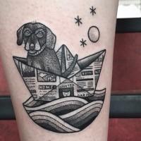 Fantastisches schwarzes lustiges Unterarm Tattoo Hund schwimmt im Papierschiff