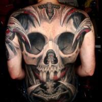 Tatuaggio impressionante sulla schiena il teschio grande