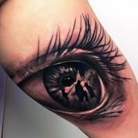 Tatuaje en el muslo,  familia de pescadores en el ojo hermoso de mujer