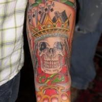 Tatuaggio grande sul braccio l teschio con la corona & le carte da gioco