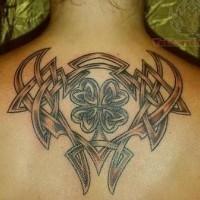 eccezionale nodo tatuaggio sulla schiena per uomo