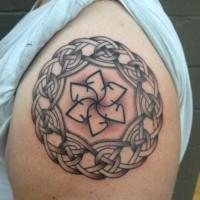 eccezionale nodo modello tondo tatuaggio sulla spalla