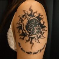 eccezionale luna e sole con fiore tatuaggio sulla spalla