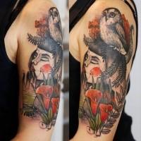 Impresionante tatuaje psicodélico brazo superior de geisha con búho