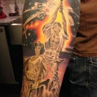 Tatuaje en el antebrazo, héroes estupernos y nave espacial de la guerra de las galaxias