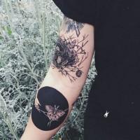 eccezionale insolito stile dipinto nido e farfalle in cerchio nero tatuaggio su braccio
