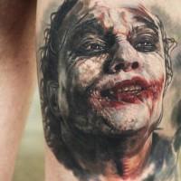 spaventoso  molto dettagliato colorato Burlone tatuaggio su coscia