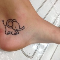 bimbo elefante divertente fumetto disegno tatuaggio su caviglia