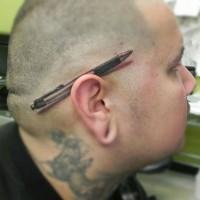 Kugelschreiber realistisches 3D Tattoo hinter dem Ohr