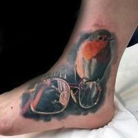 Schönes im 3D Stil farbiges Knöchel Tattoo von Gläsern und kleinem Vogel
