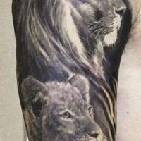 Tatuaggio bianco nero la leonessa e il leone