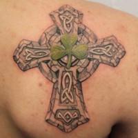 bellissima croce celtico con trifoglio irlandese tatuaggio su schiena