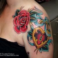 bellissima colorata serratura a forma di cuore con rose tatuaggio su spalla
