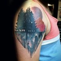 Tatuaggio bellissimo braccio colorato della foresta di montagna con grande luna