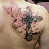 bellissima croce e piccione in volo tatuaggio sulla scapola