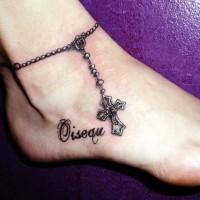 bellissima croce con scritto bracciale rosario tatuaggio su caviglia