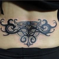 bellissimo drammatico tribale tatuaggio su parte bassa di schiena