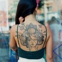 bellissima geisha tatuaggio sulla schiena per ragazza