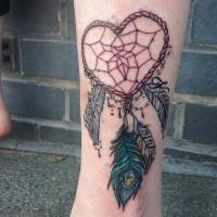Schönes herzförmiges farbiges Traumfänger Tattoo am Knöchel