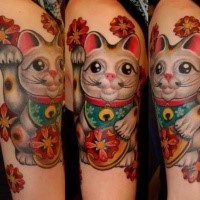 Beautiful looking colored shoulder tattoo of maneki neko japanese lucky cat statuette and red flowers