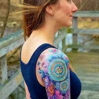 eccezionale multicolore floreale con farfalla tatuaggio su spalla