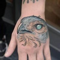 Tatuaje en la mano,  cara de águila fantástica